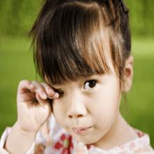 Чешется правый глаз: чего ждать от приметы?